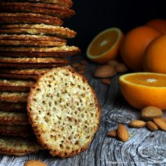 Disse kjeksene er enkle å lage. Mandel, appelsin og sjokolade er en kombinasjon som mange setter stor pris på! Kanskje appelsinkjeksene kan få plass blant åretsjulebakst? Mandel- og appelsinblondekjeks med sjokoladefyll(ca. 18 doble kjeks) Du trenger: 100 g smør, smeltet Revet skall av 1 appelsin 1 dl ferskpresset appelsinjuice 250 g sukker 200 g mandler, ... LES MER