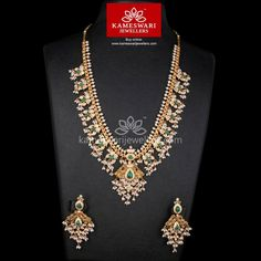 Semilong Guttapusalu with Emerald Highlights! Bijoux En Or Simple, Collier Simple, Gold Jewelry Simple, Fine Jewelry, India Jewelry, Dainty Jewelry, Luxury Jewelry, Statement Jewelry, Boho Jewelry