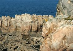1100875-coastal-rock-formations-with-water-in-background.jpg (800×566)