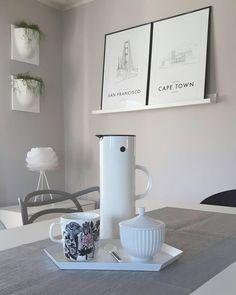 Stelton Design - Eine Ikone unter den Isolierkannen! Die Thermoskanne EM77 wurde von Erik Magnussen entworfen und überzeugt mit ihrer schlichten Form und dem patentierten Kippverschluss, der sich automatisch beim Ausgießen öffnet. Einfach praktisch und schön!  @wohnwolke.living