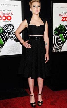 Con una falda ajustadísima a la cintura y mostrando un mínimo fragmento de piel, así lo lleva Scarlett Johansson. La actriz potencia sus curvas con un escote de corazón y redibuja su silueta en clave ultra lady. Cropped Top #croppedtop #lepetitfashion #moda #fashion #black #negro