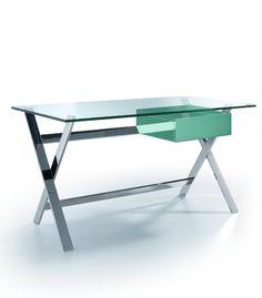 La mesa escritorio cajón estructura en acero inoxidable, tapa en cristal templado y cajón de DM lacado. Un mueble escritorio elegante y sofisticado.