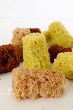 Hoy hemos preparado los famosos Bizcocho esponja al microondas. Una alternativa ideal, para acompañar postres emplatados, como por ejemplo helados, sopas dulces, postres en vaso…etc. Y también para de