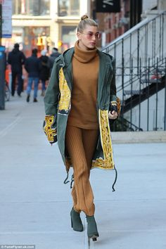 Hailey Baldwin stuns in gold heading to Gigi Hadid's home | Daily Mail Online