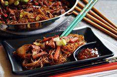 Üvegtésztát először egy kínai étteremben ettem, a kedvenc városomban, Szegeden, egy barátnőmmel. Azóta nagyon szeretem a kínai konyhát, de... Pulled Pork, Japchae, Chicken Wings, Food And Drink, Cooking, Ethnic Recipes, Vietnam, Shredded Pork, Kitchen