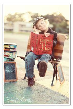 Richtung altes Foto - im Wald, auf einer Bank mit Märchenbuch oder Schulbuch in der Hand.