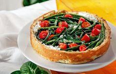 Καλοκαιρινή τάρτα ό,τι πρέπει για τις ζεστές μέρες σαν και τη σημερινή. Τα φασολάκια, τα ντοματίνια και το γιαούρτι φτιάχνουν μια δροσερή γέμιση για τη ζύμη μας. Bruschetta, Ethnic Recipes, Greek, Food, Kitchens, Essen, Meals, Greece, Yemek