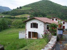 IRRINTZINA  dans Les Pyrénées Atlantiques - Gites de france Gîte pour 10 personnes avec 4 chambres à SAINT-ETIENNE-DE-BAIGORRY,  Pyrenees Pays Basque A 3 km du bourg de St Etienne-de-Baigorry et 6km de Saint-Jean-Pied-de-Port Belle vue sur la montagne