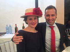 Canotier con flor roja, ideal con su outfit vestido azul marino en su boda de día. Invitada perfecta!!!
