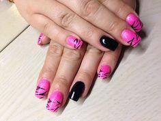 Roze acryl met nailart en zwarte gellak