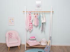 Die ganze Kinderzimmerwelt liebt❤️ Tipi Regale - mit dieser tweeto Garderobe holt Ihr Euch ein praktisches und modernes Möbelstück in Euer Baby- und Kinderzimmer‼️ Hergestellt aus hochwertigem buche Massivholz, mit Teillackierung in weiß - das perfekt in jedes Kinderzimmer passt.  Mit seinem zeitlosen⌚️ Design passt es zu jeder Einrichtung und ist ein Accessoire für jede Zimmereinrichtung. Baby Mobile, Wardrobe Rack, Furniture, Design, Home Decor, Accessories, Shelving Racks, Ad Home, Nice Asses