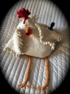 Fyllehönan Agda fylld med vin! Christmas Stockings, Christmas Ornaments, Knitting Kits, Crochet Hats, Wool, Holiday Decor, Pattern, Home Decor, Threading