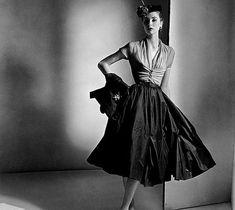 Le « New Look » est le nom donné en 1947 par la rédactrice en chef du Harper's Bazaar , Carmel Snow, à la silhouette créée par le couturier Christian Dior , silhouette qui...