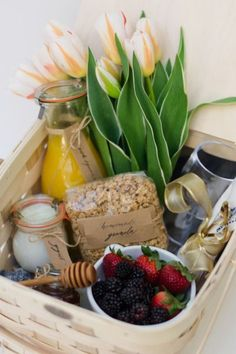Take someone special out for a lovely and healthy brunch in the park with this picnic basket overflowing with goodies like homemade granola, yogurt packaged in pretty glass tulip jars and fresh berri. Diy Gifts For Mothers, 30 Gifts, Food Gifts, Gift For Mother, Baby Gifts, Breakfast Picnic, Breakfast Basket, Morning Breakfast, Diy Gift Baskets