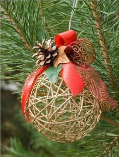 DIY String Balloon Basket for Christmas DIY String Balloon Basket for Christmas ideas and tutorials, make string ball using balloons and twine, decorate with Christmas embellishments, pine cone. Decoration Christmas, Noel Christmas, Diy Christmas Ornaments, Homemade Christmas, All Things Christmas, Christmas Lights, Ball Ornaments, Crochet Christmas, Christmas Projects