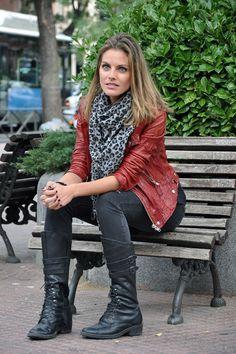 Amaia Salamanca: look rockero presentación Atraco sentada en un banco
