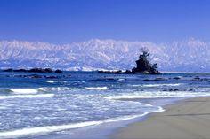 富山県「立山連峰と雨晴海岸」 Beautiful Photos Of Nature, Beautiful Scenery, Japan Landscape, Oita, Toyama, Japanese Beauty, Seaside, The Outsiders, Waves