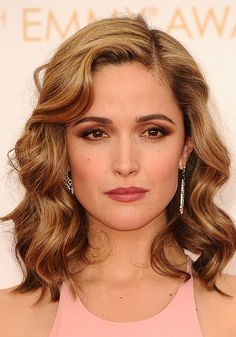 Rose Byrne is a blonde now! Formerly a brunette, Byrne has dyed her hair a honey-blond hue for a softly lightened look. Curled Blonde Hair, Brown Eyes Blonde Hair, Brown Curls, Black Hair, Deep Set Eyes Makeup, Wedding Makeup For Brown Eyes, Rose Byrne, Eye Makeup Tips, Hair Makeup