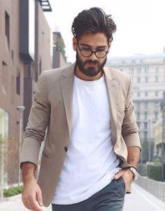 Blazer beje com camiseta básica branca. Puxe para cima a manga do blazer para criar um estilo.