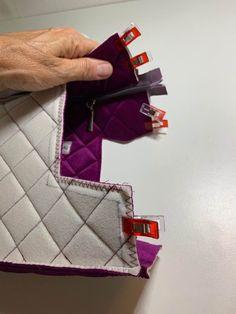 Toilettaske. Gratis mønster og vejledning | Accessories | Sygal Vogue Sewing Patterns, Bag Patterns To Sew, Quilted Handbags, Quilted Bag, Handbag Tutorial, Leather Bag Pattern, Handmade Leather Shoes, Creation Couture, Love Sewing