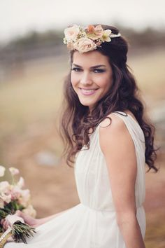 Totally boho chic accent! #weddinghair #chic {La Mariee}