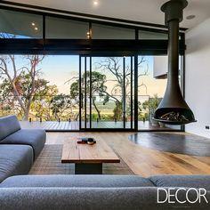 Merilyn House leva a assinatura do Little Brick Studio. A residência estabelece uma conexão contínua com o entorno verdejante a partir da escolha de materiais naturais.