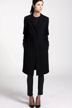 Bianca är en fantastisk kappa i vår nya, eleganta crepe och perfekt att bära såväl inne som ute i höst. - Stylein
