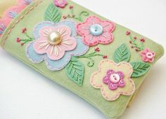 felt flowers on pin cushion.Mmmm can be use for glasses case :) Felt Diy, Felt Crafts, Fabric Crafts, Sewing Crafts, Sewing Projects, Felt Embroidery, Felt Applique, Felt Flowers, Fabric Flowers