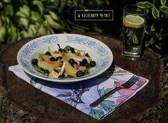 Sałatka z gruszką, serem brie oraz borówkami