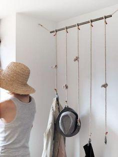 収納棚の変わりにロープを利用。長さが違うロープの先にクリップやフックをつけて、帽子やコートを下げるだけでとってもおしゃれですね。収納棚のように場所も取らなくていいですね。: