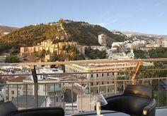 Vistas espectaculares al Paseo del Parque y la Catedral, ambiente fresco en las veladas más calurosas, noches temáticas y una irresistible propuesta de cócteles y mojitos son la carta de presentación de la mítica terraza del AC Málaga Palacio, concebida a imagen y semejanza de una ciudad para la que la música, el arte y la buena mesa son consustanciales a la buena vida. http://www.espanol.marriott.com/hotels/travel/agpmg-ac-hotel-m%FDlaga-palacio/