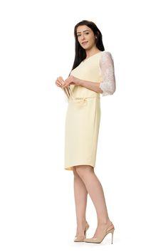 Elegancka pastelowo żółta sukienka z koronką. Elegance pastell yellow dress with lace accents.