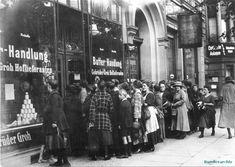 "Käuferschlange vor Lebensmittelgeschäft ""Butter-Handlung"" der Gebrüder Groh, Hoflieferanten in Berlin während der Inflation 1923."