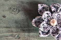 Un tuto pour apprendre à fabriquer une broche en tissu ! Un bijoux à arborer fièrement pour les beaux jours qui arrivent à grands pas :)                                                                                                                                                     Plus
