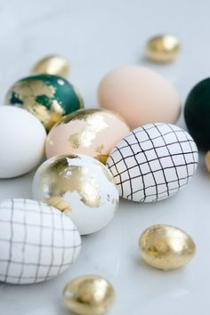 These Easter eggs are on a whole new level! Come see how I turned ugly duckling eggs into these gold beauties! Call them designer eggs. Get inspired and a bunch of ideas for Easter decorating. April Easter, Easter Weekend, Happy Easter, Egg Tree, Bon Weekend, Easter Tree, Coloring Easter Eggs, Easter Colors, Egg Decorating