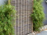 Kubu. Wilgenteen is een natuurlijk materiaal, lang en soepel, en daarmee bij uitstek geschikt om mee te vlechten. In Indonesië worden er van oudsher manden van gemaakt, maar ook tuinschermen en –meubelen. Nadeel is dat wilgenteen niet heel lang mee gaat. Made by VBL, een familiebedrijf met roots in zowel Indonesië als Nederland en van huis uit ontwerpers en hoveniers, heeft veel ervaring met tuinschermen en erfafscheidingen van traditioneel gevlochten natuurlijke materialen.