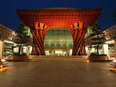 金沢駅。壮大な雰囲気の門に圧倒される。