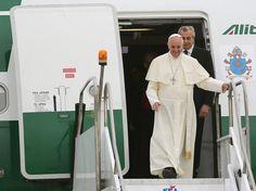 El papa Francisco llega a Río de Janeiro en su primer viaje desde que fué elegido para estar al frente de la Iglesia Católica. (EFE)