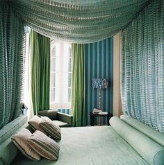Suite - AD España, © Daniel Riera Suite para invitados, con una cama con dosel. Foto Daniel Riera