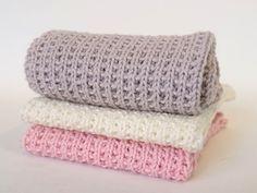 Blød strikket klud i økologisk bomuldsgarn. Garnforbrug: ca 35 g økologisk bomuldsgarn. Du finder Karen Klarbæks smukke økologiske bomuldsgarn her. Loom Knitting, Knitting Patterns, Wood Crafts, Diy And Crafts, Knit Dishcloth, Stitch Patterns, Knit Crochet, Sewing, Handmade