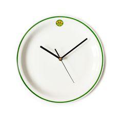 Zegar ścienny wykonany z oryginalnego talerza z PRL.  Talerz z fabryki Lubiana z zieloną obwódką i logo barów mlecznych.  Zegar wyposażony w baterię i haczyk do zamocowania na ścianie.  Idealny do kuchni lub wnętrza restauracji. Średnica zegara: 25 cm....
