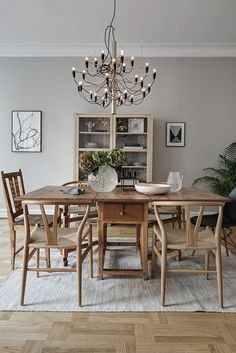 Oak dining setting with black & gold lighting Beautiful Interior Design, Interior Design Inspiration, Home Interior Design, Interior Decorating, Dining Furniture, Home Furniture, Rooms Ideas, Luxury Dining Room, Home Living