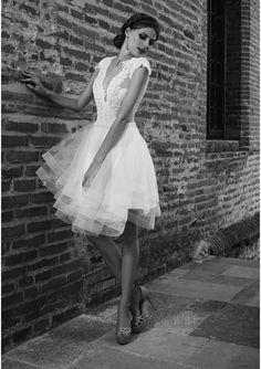 Elegant Short V-Neck Backless Lace Appliques Organza A-Line Wedding Dress