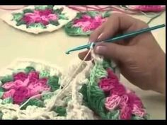 TecnohGamers shared a video Crochet Placemat Patterns, Crochet Square Patterns, Crochet Tablecloth, Crochet Squares, Crochet Designs, Crochet Daisy, Crochet Flowers, Crochet Lace, Crochet Stitches