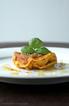 Ravioli mit Kräuter-Füllung und Tomatensauce