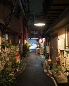夜散歩のススメ「三ノ輪橋商店街脇の縁石蛇行路地」東京都荒川区
