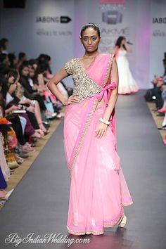 Anushree Reddy Lakme Fashion Week Sommerresort 2014 Wickeljacke Sari in Pink und Gold Blouse Back Neck Designs, Sari Blouse Designs, Saree Blouse Patterns, Fancy Blouse Designs, Indian Attire, Indian Outfits, Indian Wear, Sari Bluse, Lehenga