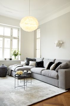 Grau und gemütlich: ein graues Ecksofa macht sich hervorragend als Ruhepol in jedem Ambiente. Der Vorteil ist, dass es sich mit allen Farben sehr gut kombinieren lässt, so kann der Stil jederzeit durch Kissen und Co. beliebig verändert werden.