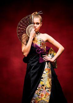 ATSU-001 ジャスパ - ATSU カラードレス - 色鮮やかな配色が織り成す古典文様の帯を取り入れた華麗で斬新な個性際立つ黒ドレス。 バックスタイルに用いた華やかな帯結びが印象的。 流れる様に配置された帯柄がスッキリとしたイメージを強調してくれます!黒地のお着物を着たようなイメージでのコーデを思う存分楽しめる新感覚な和ドレスです。 ◎今や主流となったフリーサイ