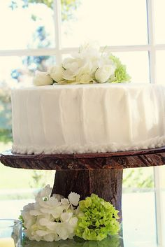 Wood slice wedding cake stand Love the cake too!  love the hydrangeas--this would be perfect for us :) except two tier, of course